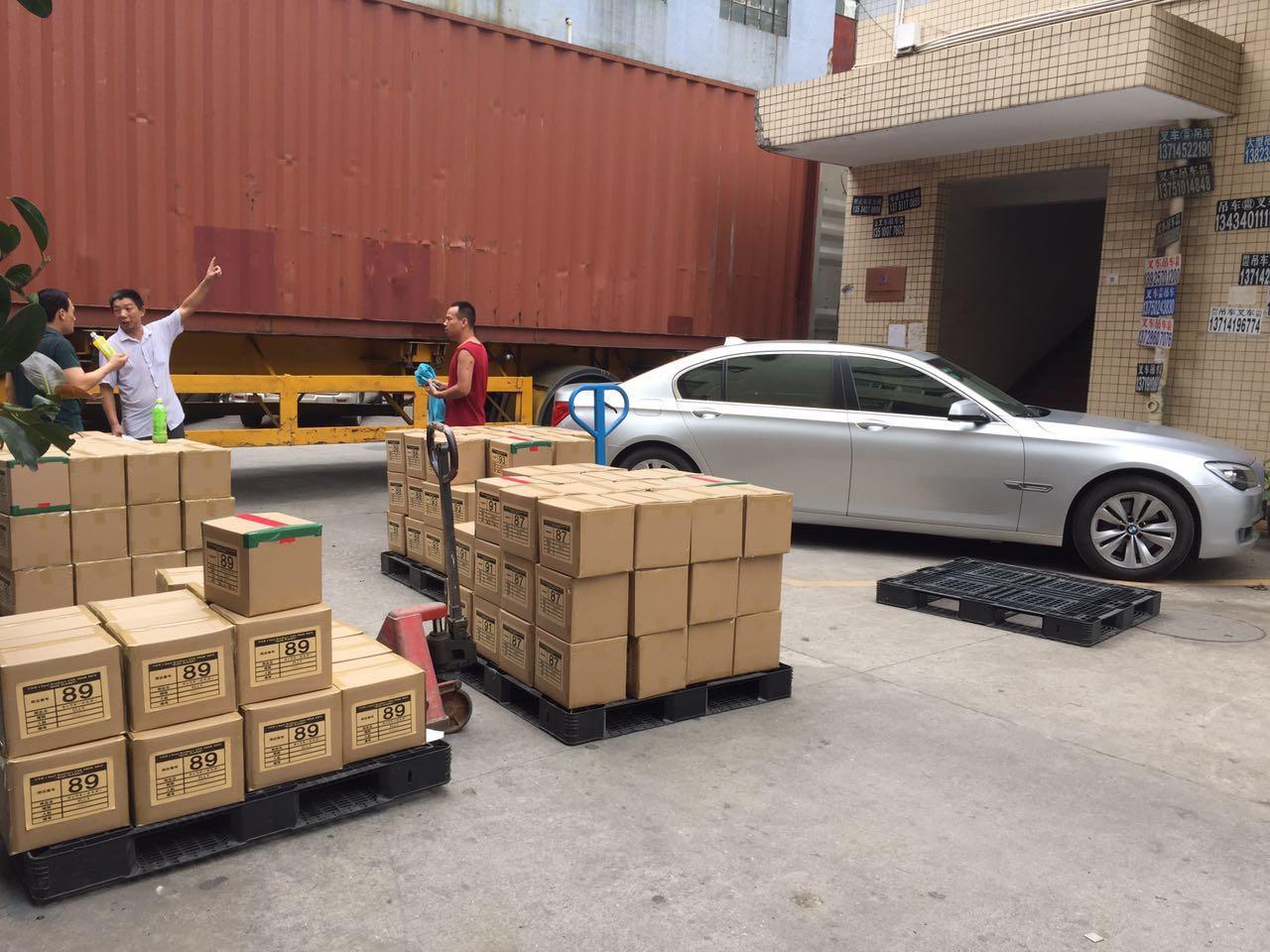 发往日本的自拍杆硅胶套装货柜车现场图